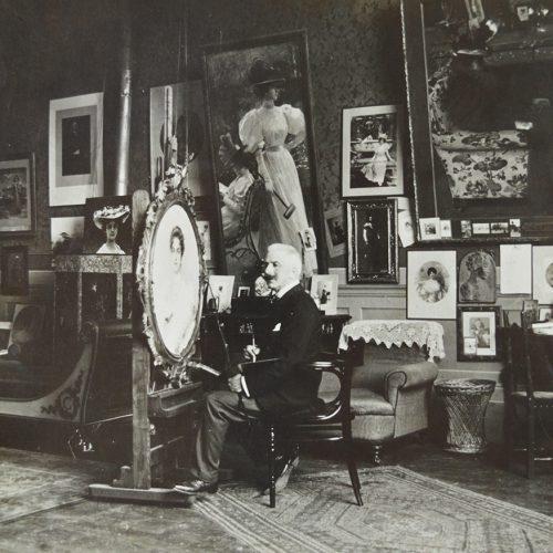 <em>Vittorio Corcos nel suo studio</em>...